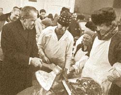 Евгений Федоровский (в «ЛГ» с 1987 по 1995 год и с 2006-го по настоящее время). Экс-президент США Ричард Никсон знакомится с рыночными отношениями в России. Москва, Центральный рынок. 1991 год.