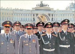 Суворовцы после парада в честь Дня города во главе с начальником училища полковником милиции Григорием Федяевым (первый слева)