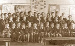 Наш 1-й класс. Нина Семёновна – в центре, рядом с суровой директрисой;   Из личного архива автора