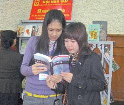 Студентки-русистки Зыонг и Тхом знакомятся с новым изданием А.П. Чехова
