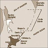На официальном сайте МИД Японии российские острова Кунашир, Итуруп, Шикотан, Хабомаи обозначены тем же цветом, что и территория Японии. А территории, от которых Япония отказалась по договору 1951 г., – белым цветом и отделены пунктиром.