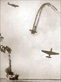 Воздушный бой. Советские истребители МиГ-3 и сбитый немецкий бомбардировщик «Юнкерс» Ю-88;   WARALBUM.RU