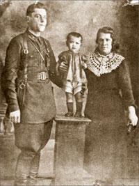 Отец, мама и я в то время, когда бои ещё были учебными;   Из семейного архива