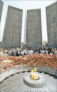 Памятник жертвам геноцида армян 1915 года на холме Цицернакаберд;   РИА «Новости»
