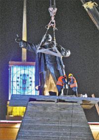 Пока НТВ глумилось над Лениным, в Питере восстановили ему памятник;   ИТАР-ТАСС
