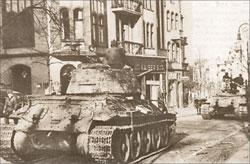 Т-34-85 3-й Гвардейской танковой армии на улице Берлина. Май 1945 г.;   Фото из альманаха «Фронтовая иллюстрация». 2005  г.