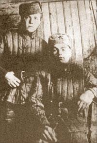С фронтовым другом П.Г. Николаенко. 1943 г.