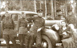Генерал-майор артиллерии В.И. Брежнев (третий слева), его жена и боевые товарищи. Северо-Западный фронт, 1943 г.