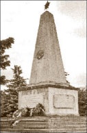 Памятник на братском кладбище советских воинов на окраине Секешфехервара в мае 2009 года