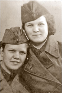 Зоя Виноградова (справа) и Нина Енишева
