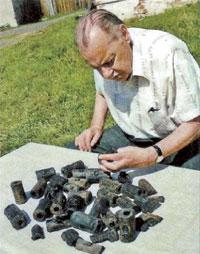 Академик Янин рассматривает найденные предметы;  Евгений ГОРДЮШЕНКОВ, Станислав ОРЛОВ и Елена РЫБИНА