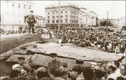 Сбитый «юнкерс» на пл. Свердлова, июль 1941 г.;  www.waralbum.ru