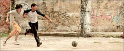 Возможно, на решение жюри повлияло проходящее параллельно с ММКФ футбольное первенство планеты. Кадр из фильма «Брат»