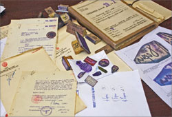 На столе в своём рабочем кабинете Виктор Илюхин представил «ЛГ» бланки документов, поддельные печати, штампы, факсимиле… На одном из бланков резолюция – «За» и подпись «Сталин». Можно впечатать любой текст