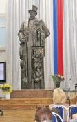Родительские собрания в гимназии № 11 проходят у памятника Дягилеву; Фото автора