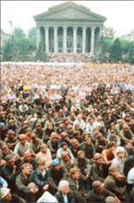 Шахтёры Прокопьевска Кемеровской области во время сидячей забастовки на центральной площади города. 1989 год;  РИА «Новости»