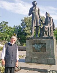 В.Я. Курбатов у памятника «Пушкин и няня» скульптора О. Комова;   Фото автора