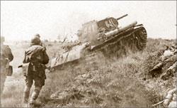 Пехота контратакует под прикрытием танка КВ-1. Район Курской дуги, июль 1943 года;  waralbum.ru