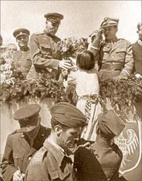 В 1944 году поляки встречали своих освободителей, советских воинов, цветами.;  РИА