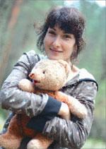 Мишку нашла Наталья Крюченко в заброшенном деревенском доме в Тверской области, и он участвовал в съёмках сцен, когда бойцы заградотряда несут спасённых детей через минное поле