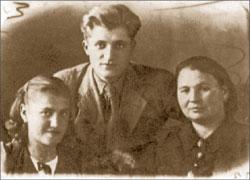 Платон и Тамара Платоновы. С ними мать Тамары Анна Савельевна. 1941 год, ноябрь, Караганда. Публикуется впервые.