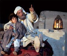 Маленький Омар (его играет Мухаммадфуод Джафаркур) со своим учителем шейхом Мухаммадом (артист Джамиль Халили)