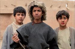 Трое друзей после клятвы на крови: (слева направо) Абу Разак (его роль играет Али Султони), Хасан (Масуд Номдори), Омар Хайям (Амир Резо Задсурур)