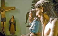Христос из деревни Пашия (на переднем плане) и Спаситель из д. Усть-Косьва. Безымянный резчик. XVIII век