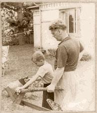 Задорнов-отец приучает Задорнова-сына к труду. Юрмала, 1955 год