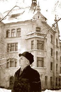 Николай Задорнов перед домом, в котором семья Задорновых прожила более сорока лет. Рига